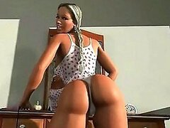 Sexy 3D blondie shakes her bouncy ass in a R&B dance
